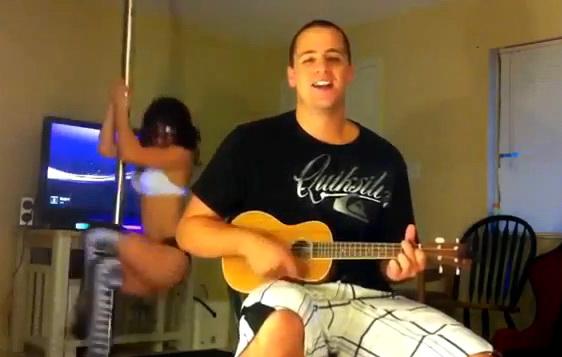 Mai tare ca Eminem. Videoclip facut de un amator, in dormitor. VIDEO