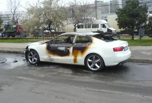 Audi A5, de 70.000 de euro, incendiat la comanda in orasul condus de clanul Ghenosu