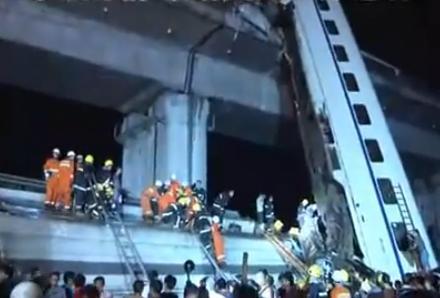 IMAGINILE ZILEI. Tren de mare viteza aruncat de pe un pod dupa de a fost lovit in plin de un altul
