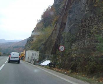 Traficul pe Valea Oltului a fost blocat timp de 2 ore. Doi morti dupa ce s-au rasturnat cu un TIR
