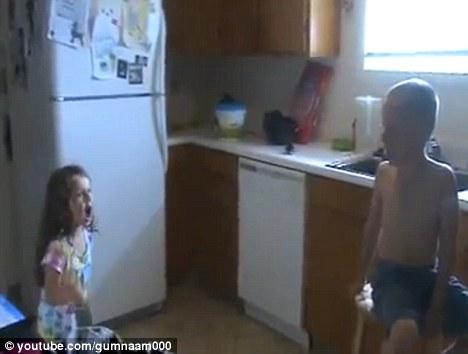 Doi copii si o cerere in casatorie. Cum au ajuns o fetita de 5 ani si un baietel de 7 vedete pe net