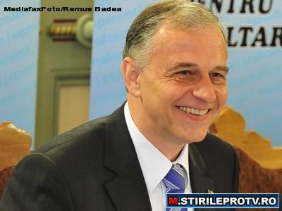 Mircea Geoana il premiaza pe Lucian Bute, in Salonul Oficial al Senatului Romaniei