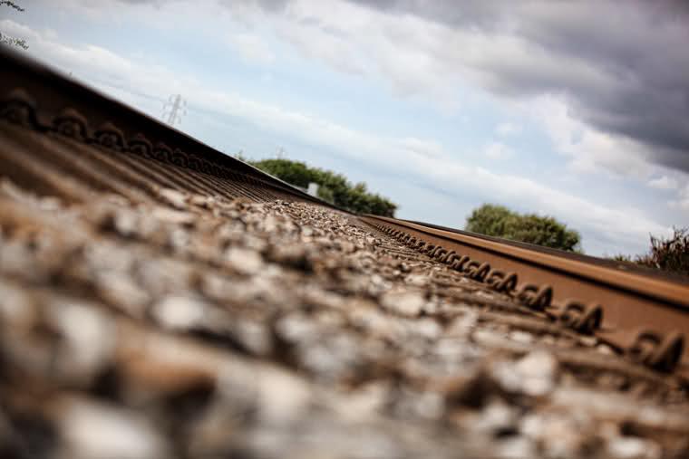 Combustibil furat direct din rezervoarele locomotivelor. 35 de angajati ai CFR Giurgiu, audiati de anchetatori