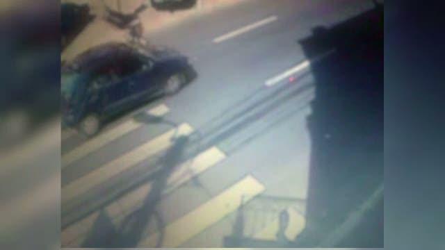 VIDEO. Momentul in care o femeie este lovita in plin pe trecerea de pietoni de masina unei soferite
