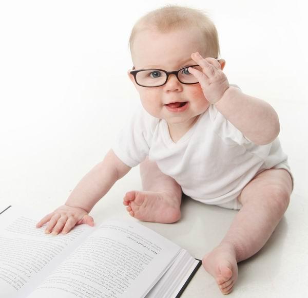 Copiii care au nevoie de ochelari trebuie dusi la control din 6 in 6 luni. Cand au nevoie bebelusii de lentile de contact