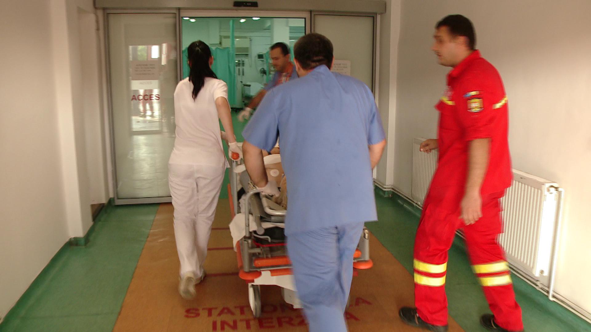 Nu a incatusat o pacienta agitata si era sa plateasca cu viata. Un asistent, injunghiat in piept