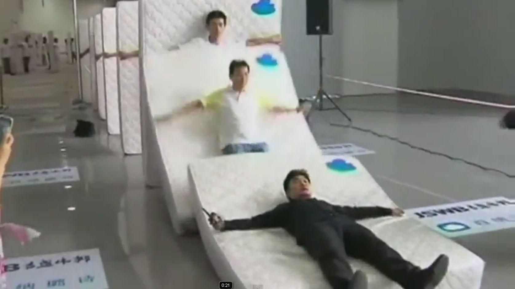 Record mondial stabilit de 1001 chinezi pentru cel mai mare domino cu saltele. VIDEO