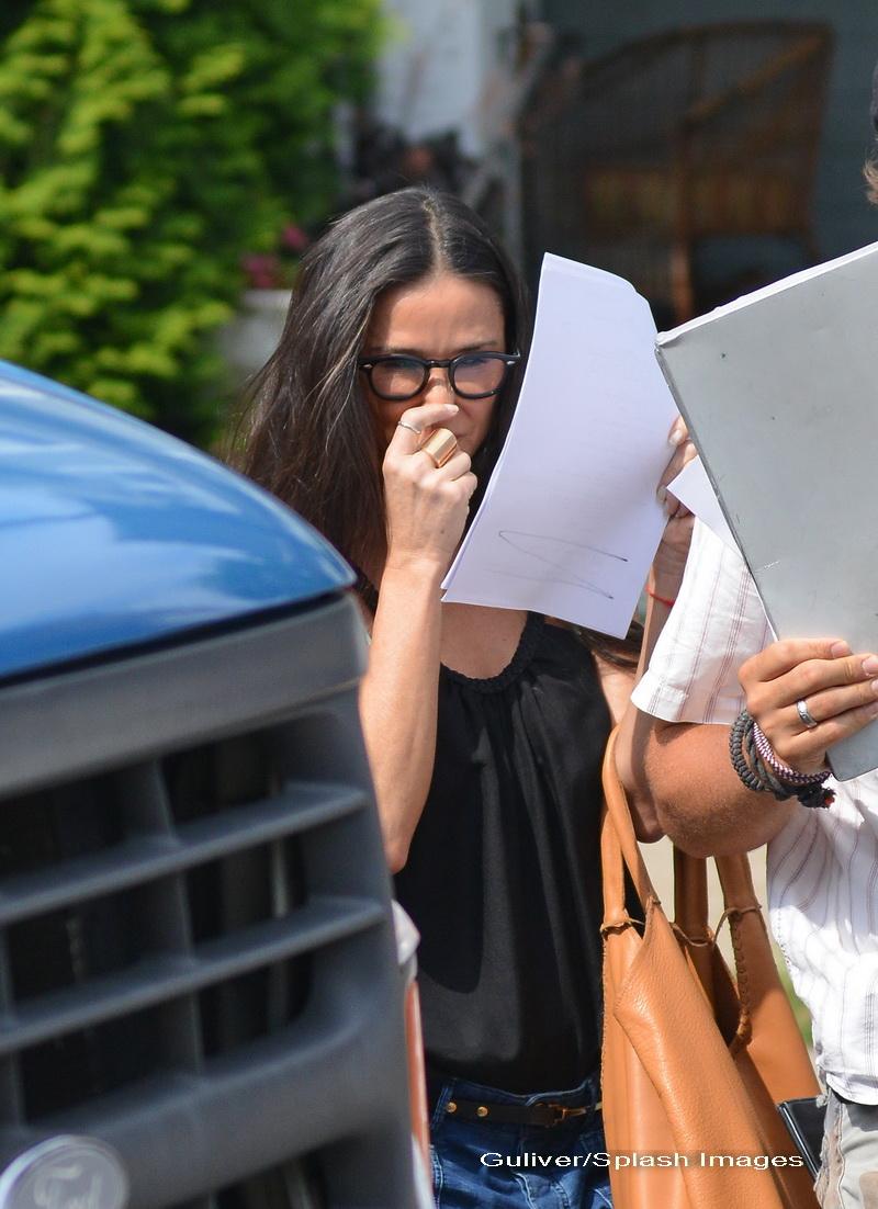 Fiicele actritei Demi Moore vor sa solicite emiterea unui ordin de restrictie impotriva mamei lor