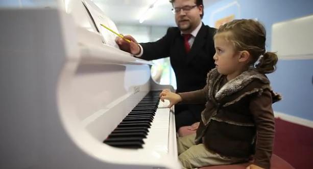VIDEO. Micuta Mozart, fetita care la numai 2 ani a sustinut un concert de pian