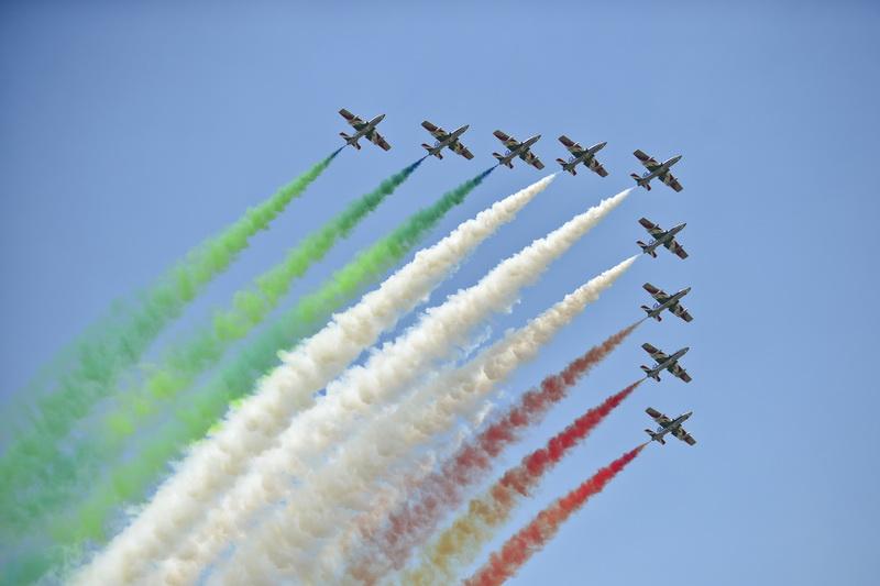 Spectacol aerian la Baneasa. 100 de avioane au uimit spectatorii cu acrobatii uluitoare