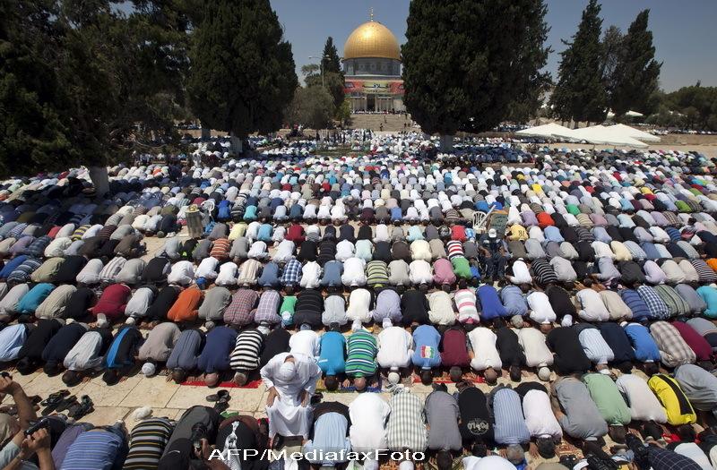 Peste 80.000 de musulmani s-au rugat pe Esplanada Moscheilor, la inceputul postului Ramadan