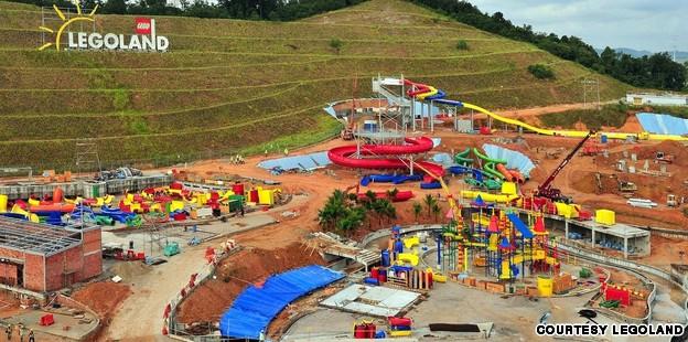 Cel mai mare parc acvatic Lego se deschide in Malaysia. Cum se pot distra copiii aici
