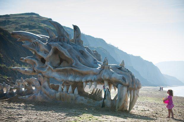 Povestea din spatele craniului de dragon amplasat pe o plaja din Dorset. Care a fost scopul