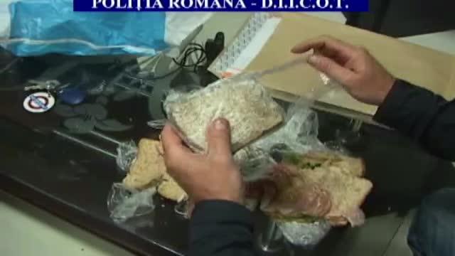 Cum arata sandvisul cu 100 de pastile de ecstasy pe care l-au gasit politistii la un tanar din Neamt