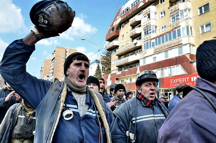 Peste 500 de mineri din Valea Jiului au intrat in greva foamei. Alti 600 s-au blocat in subteran