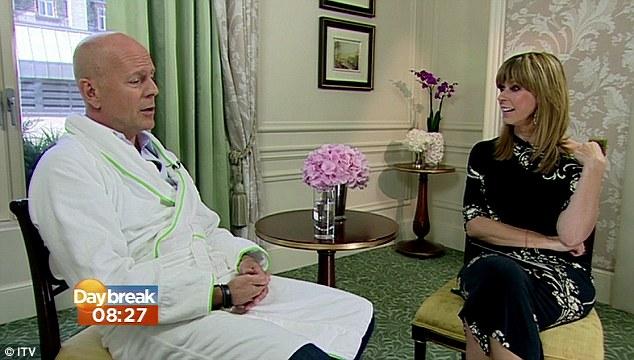 Bruce Willis a aparut intr-un halat in timpul unui interviu pentru a promova Red 2