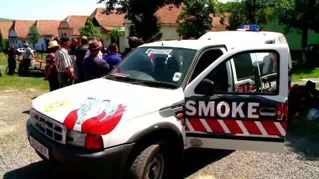 Satenii din Viscri au primit de la englezi o masina de pompieri in valoare de 15.000 EURO. Cum stingeau incendiile pana acum