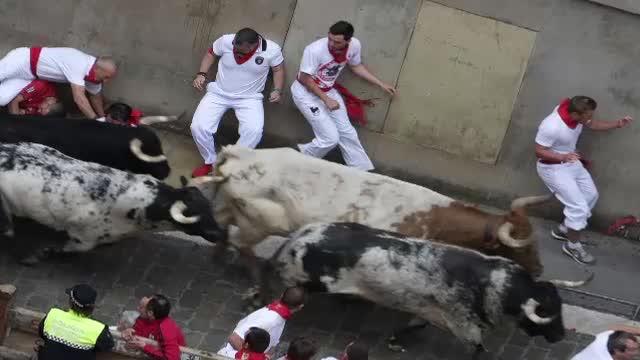 Cursele cu tauri, de la Pamplona, au facut noi victime. Cinci persone au ajuns la spital din prima zi
