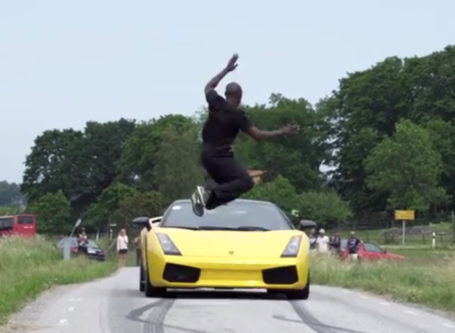 Un atlet din Suedia a sarit peste un Lamborghini Gallardo care circula cu 130 de km/h