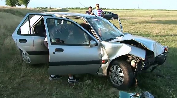 A intrat cu viteza intr-o curba periculoasa si s-a izbit de un copac. Cinci persoane au ajuns la spital in urma accidentului