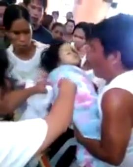 Fetita din Filipine care a