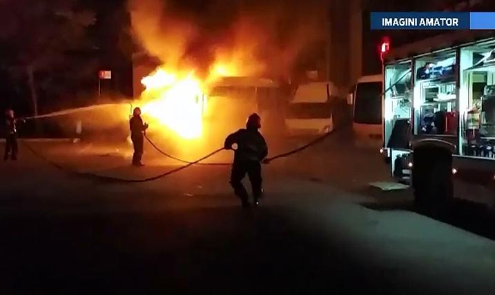 Doua microbuze au ars ca niste torte in autogara din Deva. Totul a pornit de la un scurtcircuit