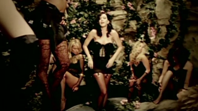 Katy Perry vrea sa cumpere o manastire cu 15 mil. de dolari, dar nu le convinge pe maicute.