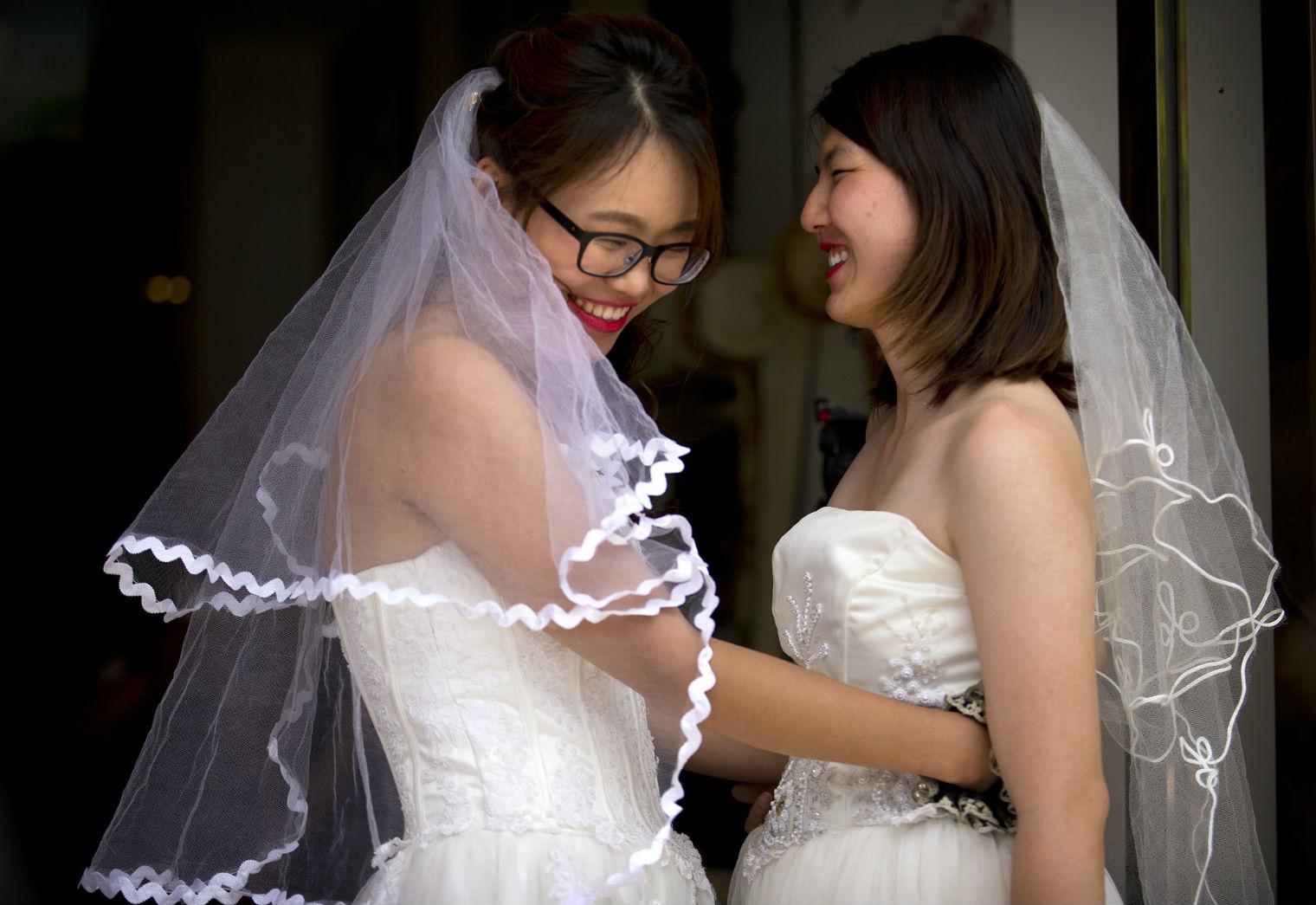Gestul lor face inconjurul lumii. Cum au decis doua lesbiene din China sa isi oficializeze relatia, una interzisa de lege