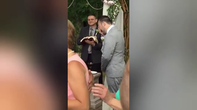 Emotie fara margini pentru un mire. Barbatul a izbucnit in plans cand si-a vazut mireasa, la nunta. VIDEO