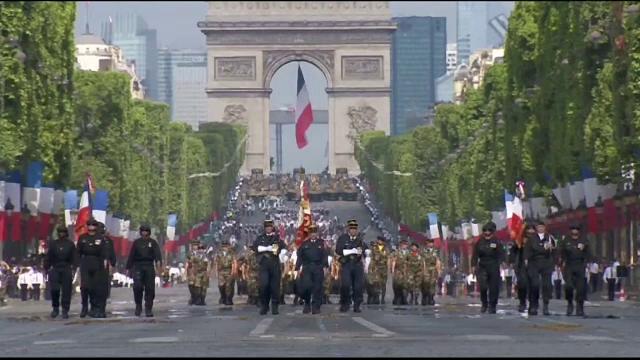 Imagini de la parada de 3,5 milioane de euro, organizata in Paris, de ziua Frantei. Defilarea a fost mai restransa