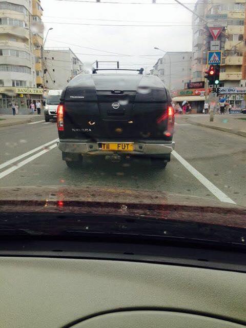 Ce numar de inmatriculare si-a ales un sofer. Imaginea surprinsa la un semafor din Bacau. FOTO