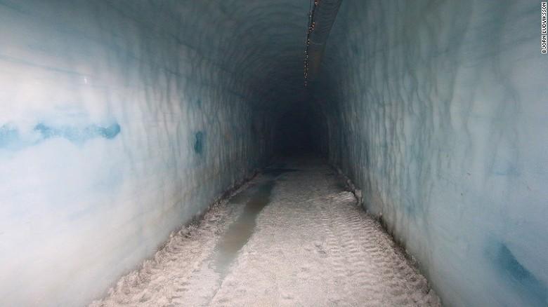 Cea mai mare pestera din lume construita intr-un ghetar: a costat 2.5 mil USD. Cum arata in interior si cat costa un tur