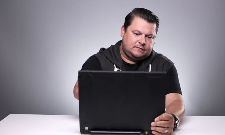 """Mihai Bobonete iti arata ca toate laptopurile au ecran tactil. Numai ca la unele trebuie sa apesi """"putin"""" mai tare. VIDEO"""