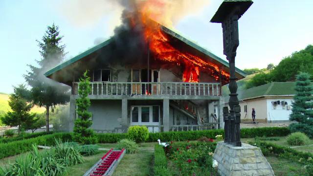 Incendiu la manastirea Moreni. De la ce au pornit flacarile care au pus in pericol viata a 15 persoane