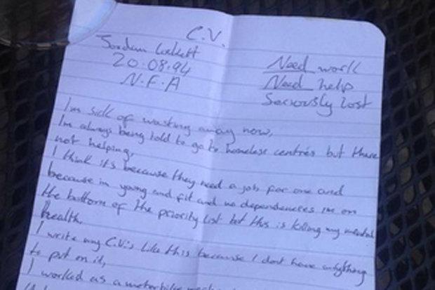 Un om al strazii si-a scris CV-ul cu pixul pe o foaie de hartie si i l-a dat unui strain. Ce a urmat intrece orice imaginatie
