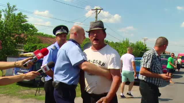Localnicii din Valeni fac zid in fata celor 7 agresori. Jurnalistele au fost amenintate: