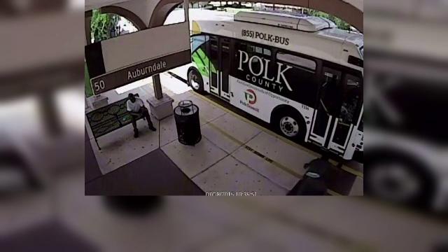A vrut sa se razbune pe soferul unui autobuz, dar s-a facut de ras. Ce a patit un tanar cand s-a trantit de usile vehiculului