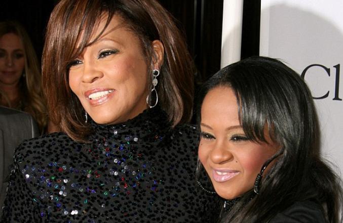 Fiica lui Whitney Houston, Bobbi Kristina, a murit la varsta de 22 de ani. Acum 6 luni a fost gasita inconstienta in cada