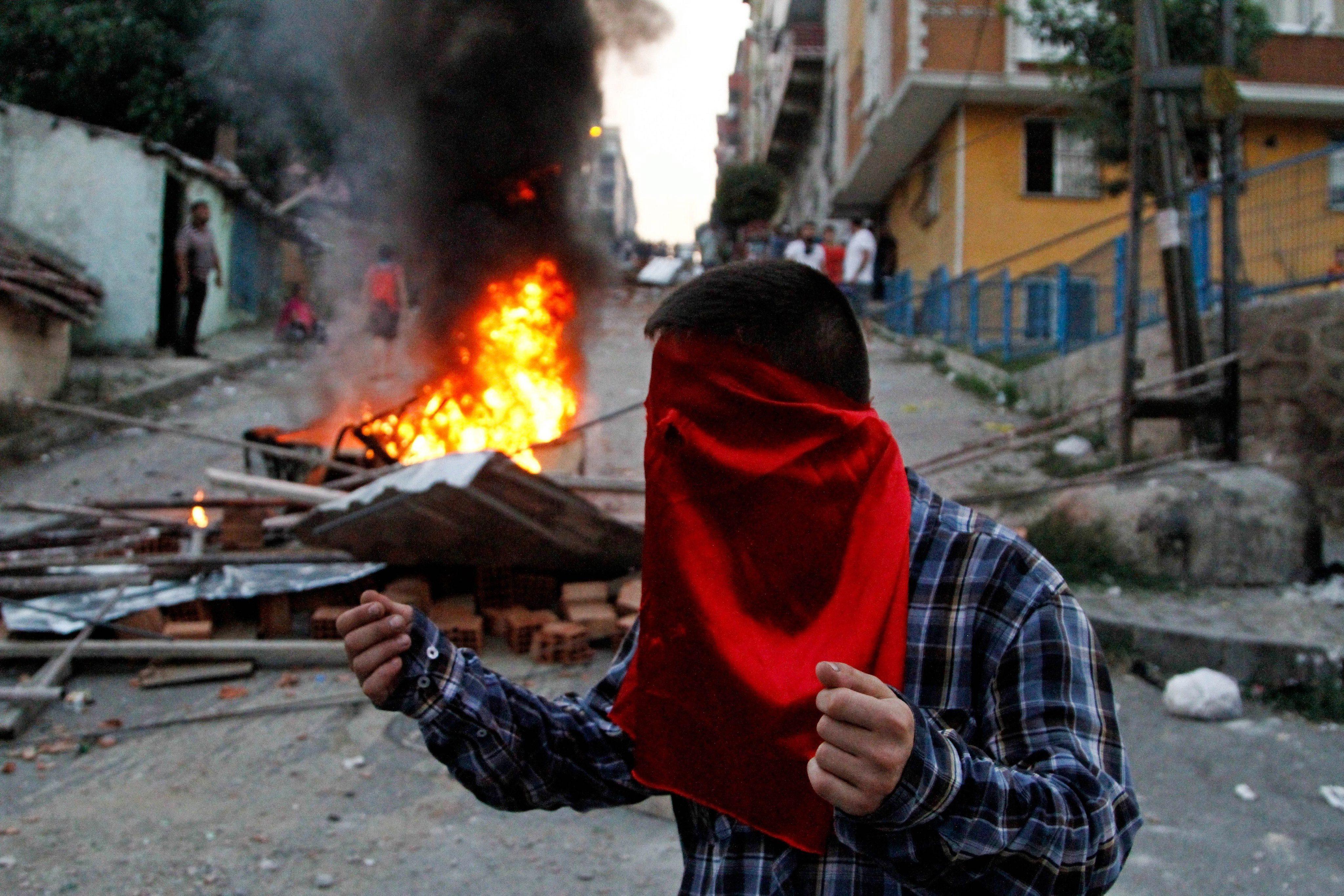Violentele din Turcia se intensifica, Ankara continua raidurile contra rebelilor kurzi. Reuniune de urgenta a NATO. VIDEO