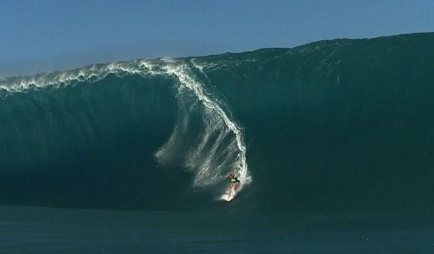 Momentul spectaculos in care un surfer incearca sa cucereasca un val urias. Totul ia o intorsatura neasteptata. VIDEO