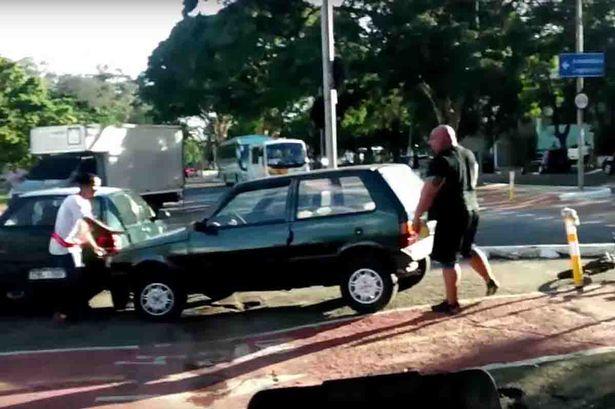 Reactia incredibila a unui ciclist dupa ce un sofer si-a parcat masina pe pista de biciclete. Martorii l-au felicitat. VIDEO