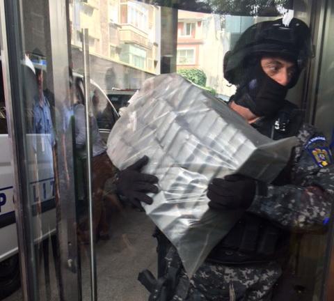Captura record de circa 130 kg de heroina la vama din Satu Mare. Unde au ascuns soferii unui TIR drogurile