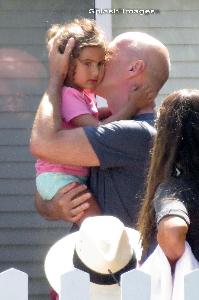 Bruce Willis, in compania fiicei sale. Cum arata fata de care actorul nu se dezlipeste nicio clipa. FOTO
