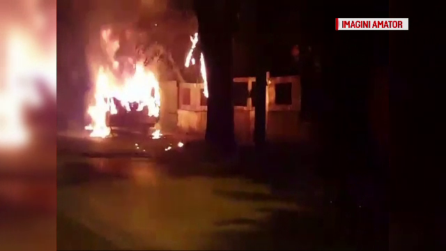 Panica intr-un cartier din Bucuresti, dupa ce o rulota a luat foc. Flacarile inalte au ajuns la cateva cabluri electrice