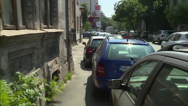 Minor de 13 ani, cercetat penal după ce a lovit cu mașina mai multe autoturisme parcate