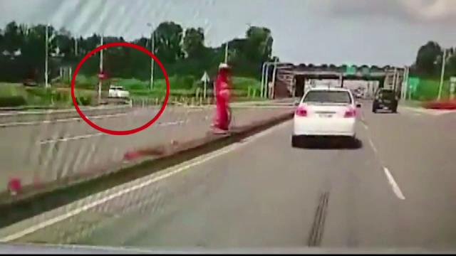 Masina a plonjat peste o alta, s-a rostogolit si s-a zdrobit de asfalt. Cascadoria involuntara a unui sofer inconstient