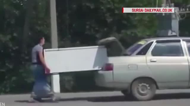 Imagini stupefiante in Kazahstan. O femeie alearga in urma unei masini in timp ce tine un frigider aflat in portbagaj