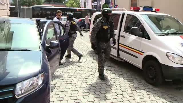 Doi barbati din Recas, judetul Timis, au fost retinuti dupa ce au atacat trei politisti din localitate cu un par si o furca