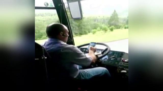 Imagini scandaloase surprinse de un calator intr-un autobuz plin cu pasageri.