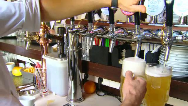 Canicula si UEFA EURO 2016 au crescut consumul de bere in Romania. Reactia strainilor care au gustat din berea autohtona